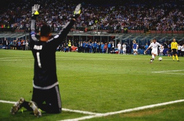 Keylor Navas rezando mientras Ronaldo ejecuta el penal definitivo. imagen: Invictos Facebook