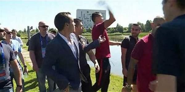 Cristiano Ronaldo lanzó micrófono de periodista al agua