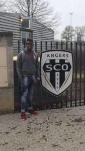 Jordy Monroy posando con el escudo de Angers de la Ligue 1